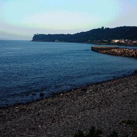 透き通る海と玉石の海辺、波の静かな「川奈海水浴場」はホテルより車で約15分(7月中旬より)