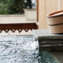 掛け流しの専用露天風呂を完備(離れ客室)