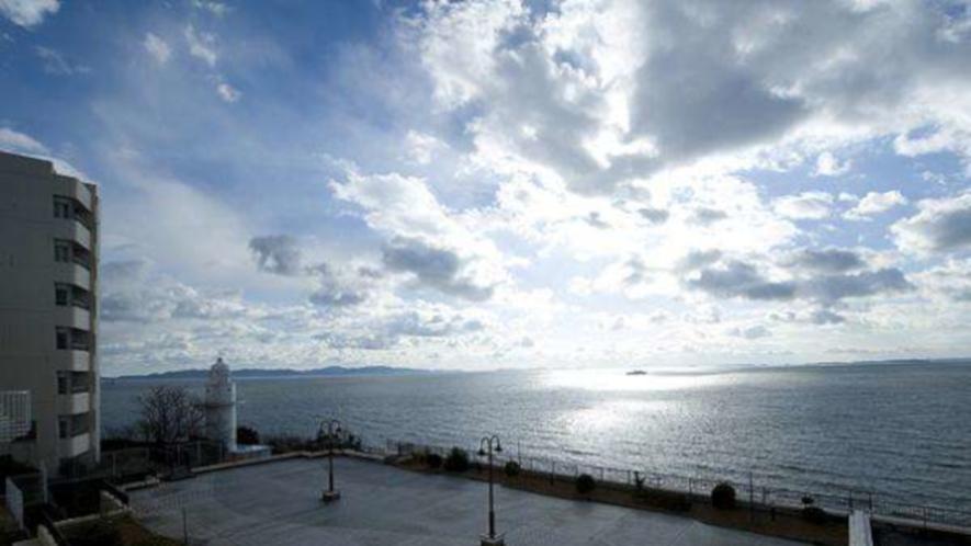 三河湾の青い海と灯台があるデッキ