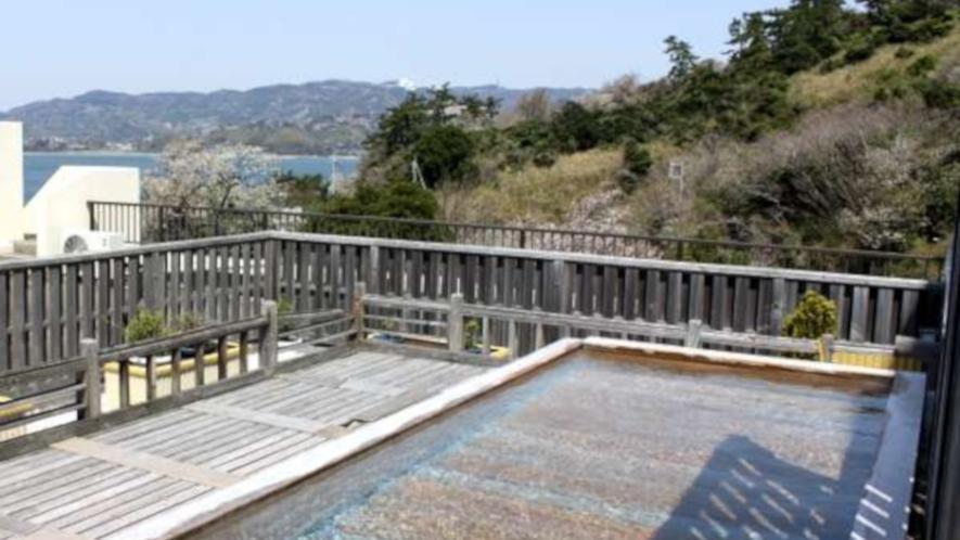 開放感満点の男性大浴場露天風呂