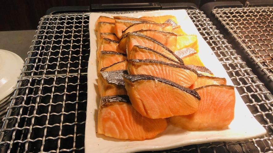焼き魚コーナー(一例)鮭と鰆を日替わりで提供中です。