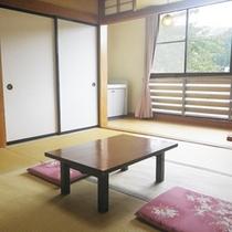 *和室8畳(トイレ無し)/窓から明るい日差しが差し込みます。手足を伸ばしてのんびりとお過ごし下さい。
