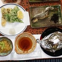*夕食一例/山の幸、海の幸の恵みを存分にお楽しみ下さい。