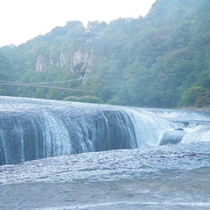 *吹割の滝/幅30m高さ7mのスケールの大きさ。国の天然記念物となっています。