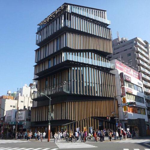 雷門の向かいにある奇妙な建物。浅草文化観光センター。観光に役立つ情報が満載です。