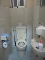 トイレ:白を基調とした清潔なおトイレです。