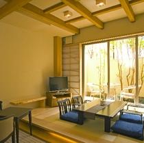 客室一例 1階和室に露天風呂とテラスが備わり2階に寝室があるメゾネット和洋室