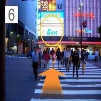歩道を縦断し左手の路地へ(ホテルはこのビルの裏手です)