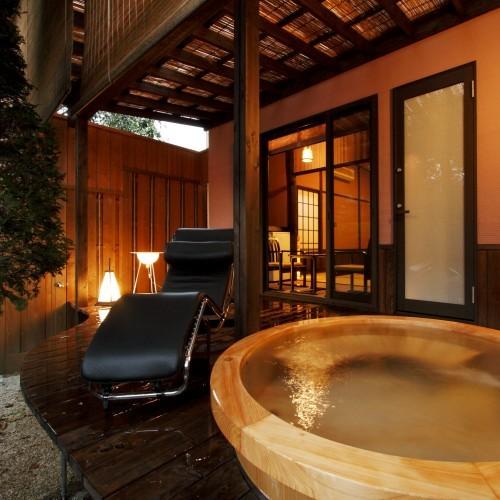 【別邸れとろ 坪庭露天付客室】調度品としてル・コルビジェがデザインした寝椅子もご準備。贅沢な時間を!