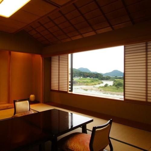 【風雅亭 特別室】箱根連山と狩野川を一望できる当館で一番広い和室。最上階なので晴れた日は絶景です。