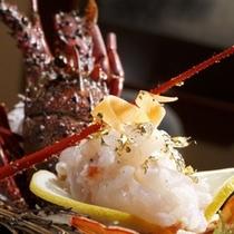 【創作料理一例】地元の駿河湾産の伊勢エビお造り。豪華な会席料理にひと花咲かせます。(プランによる)