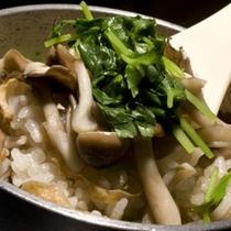【季節の釜飯】趣向を凝らした季節毎で異なる釜飯。お野菜たっぷりのヘルシーな釜飯は女性・ご年配の方に大