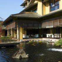 【水庭】テレビ東京「厳選いい宿」で紹介された当館。箱根連山の眺望も自慢です。