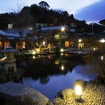 【水庭】ロビーから望む夜景も昼とは異なる雰囲気を醸し出してくれます。