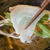 【創作料理一例】朝採れたての地元伊豆野菜と旬魚のしゃぶしゃぶ鍋。当館定番料理はまさに絶品です。