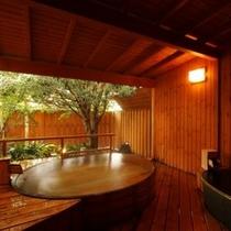 【貸切露天風呂】100%源泉掛け流しで樽風呂と信楽焼の湯船の2つの湯を贅沢にご堪能下さい。