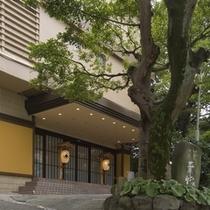 【熱海駅から徒歩2分の立地】チェックイン前、後の荷物の預かりなど承ります。