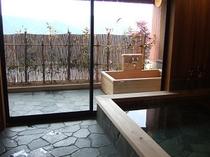 桧風呂で、絶景を臨みながら日頃の疲れを癒す…