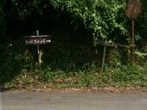 小さな看板を立てております。道案内通りにお進みくださいませ。