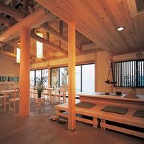 ロビーに隣接する食堂。開放的な空間になっております。
