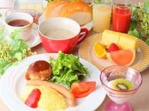 ボリュームたっぷりの朝食一例。
