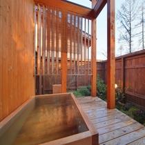 【客室/105】お風呂は庭園付きの総檜造り露天風呂