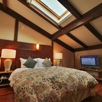 【客室/101】2階の寝室には星空が見えるロマンチックな天窓付き。