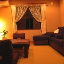 room【音】の1階はリビングスペース大きなソファでゆったり