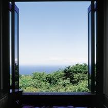 客室風呂からの景色は開放的かつ絵画のような眺めを。