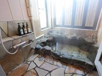 【貸し切り岩風呂】ミストサウナ付きの貸切風呂は無料でご利用いただけます。
