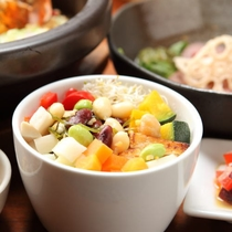 【ご夕食一例】創作アジアン料理で人気のカドカドサラダ