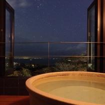 美しい海や夜景を望む客室付きの半露天風呂。(信楽)