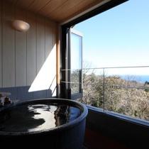 お部屋の専用半露天風呂からは海を眺めます。