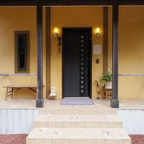 【玄関】横開きの玄関は洋風でもあり和風でもあり・・・隠れ家の入り口