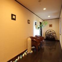 【館内・廊下】離れへの渡り廊下。