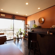 【館内】1Fラウンジスペースにはカフェサービスも。