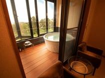 メゾネットタイプの客室付き半露天風呂で開放的な気分を満喫(部屋タイプ「音」の露天風呂)