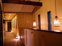 【廊下】明りの灯る廊下もアジアンな雰囲気♪
