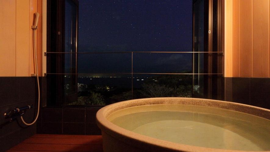 美しい海や夜景を望む客室付きの半露天風呂
