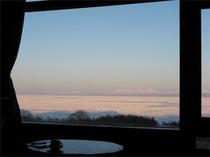 食堂の大窓からの眺め(流氷の季節)