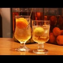 自家製食前酒は梅酒とあんず酒。ロックまたはソーダ―割りをお好みで