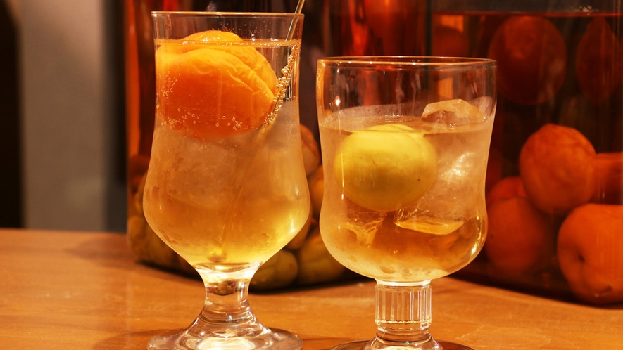 ■自家製食前酒は梅酒とあんず酒。ロックまたはソーダ―割りをお好みで