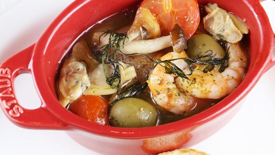 ■魚介のアクアパッツァは塩加減が絶妙!出来たてのアツアツで召し上がれ