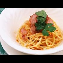 香り高いベーコンのトマトクリームパスタは、程よいトマトの酸味が美味
