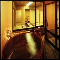 貴賓室の檜の露天風呂