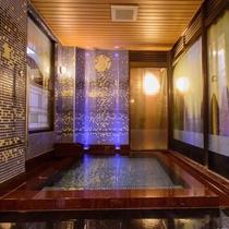 リニューアルした掛け流しの内湯【月の湯】は、掛け流しの温泉が男女入替制にてご利用いただけます
