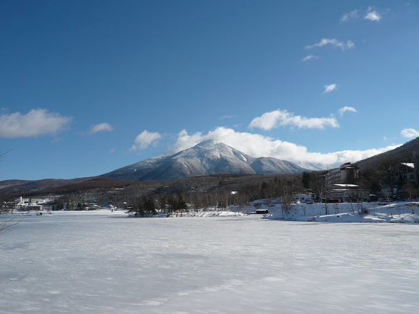 氷結した白樺湖から望む蓼科山
