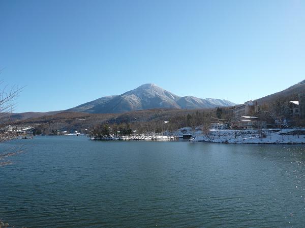 初冬の雪景色の白樺湖と蓼科山