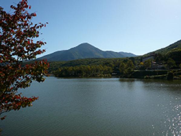 秋の白樺湖と蓼科山