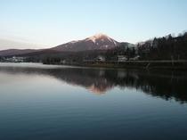 初冬夕暮れの白樺湖に映し出された蓼科山